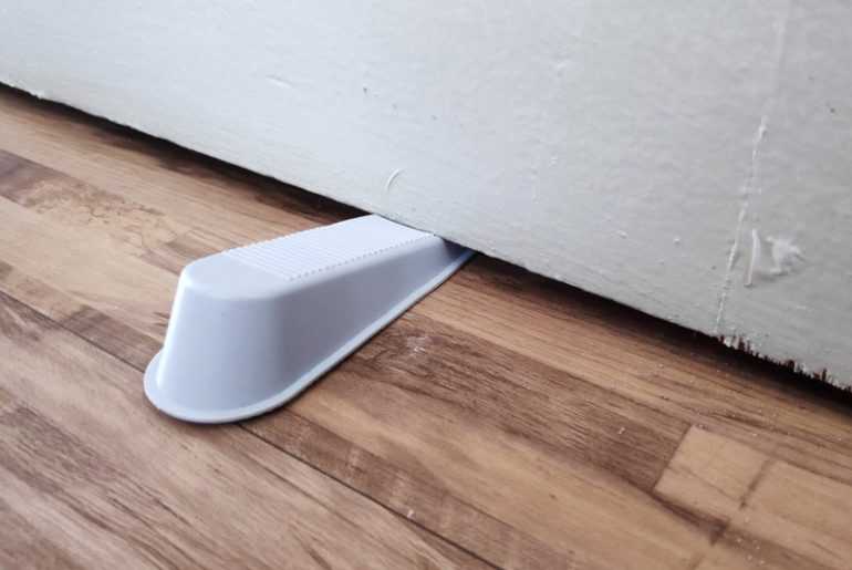 Door stopper that can prevent a door from slamming.
